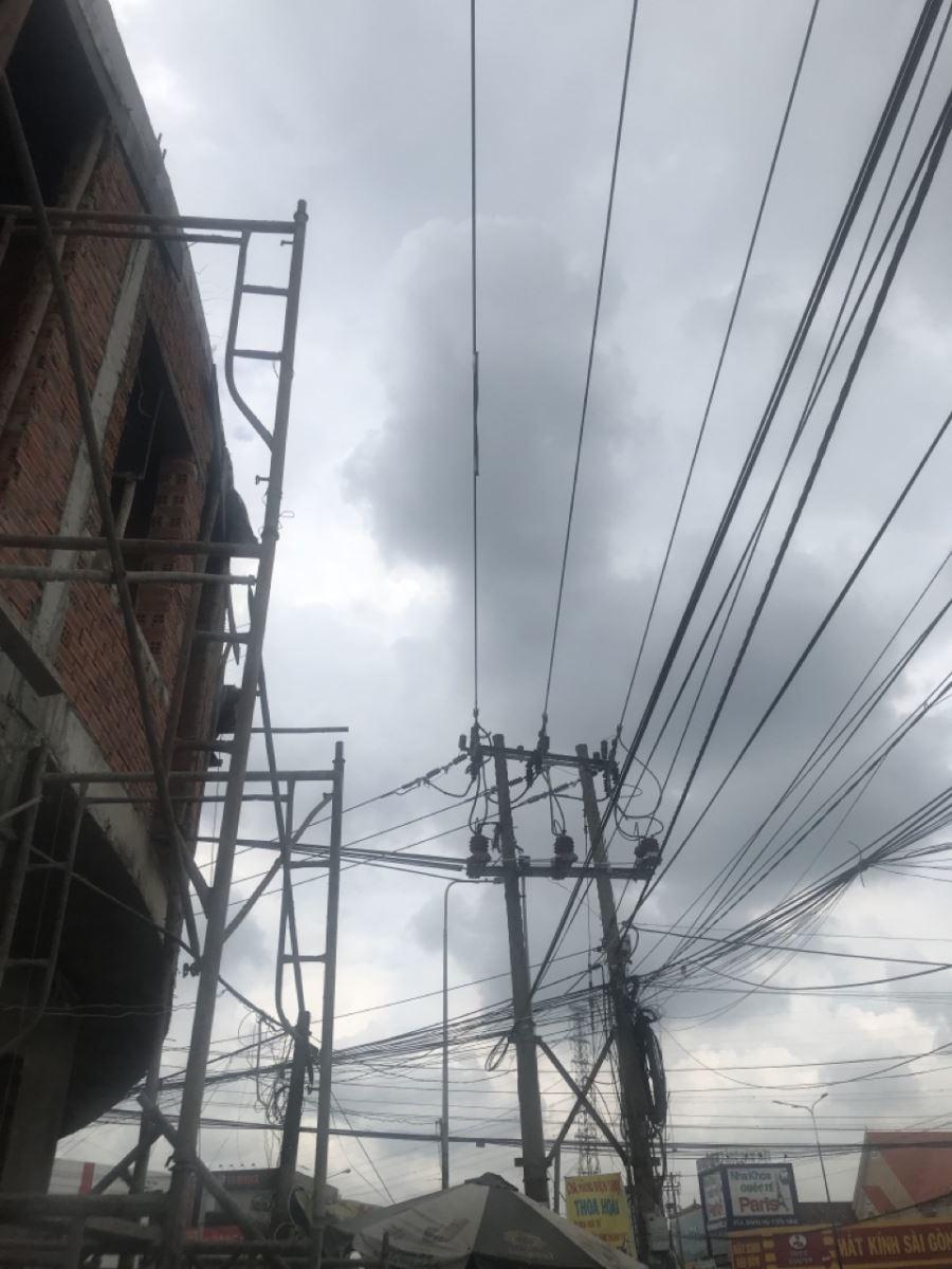Người dân xây nhà vi phạm khoảng cách an toàn phóng điện gây tai nạn cho người, sự cố hệ thống điện