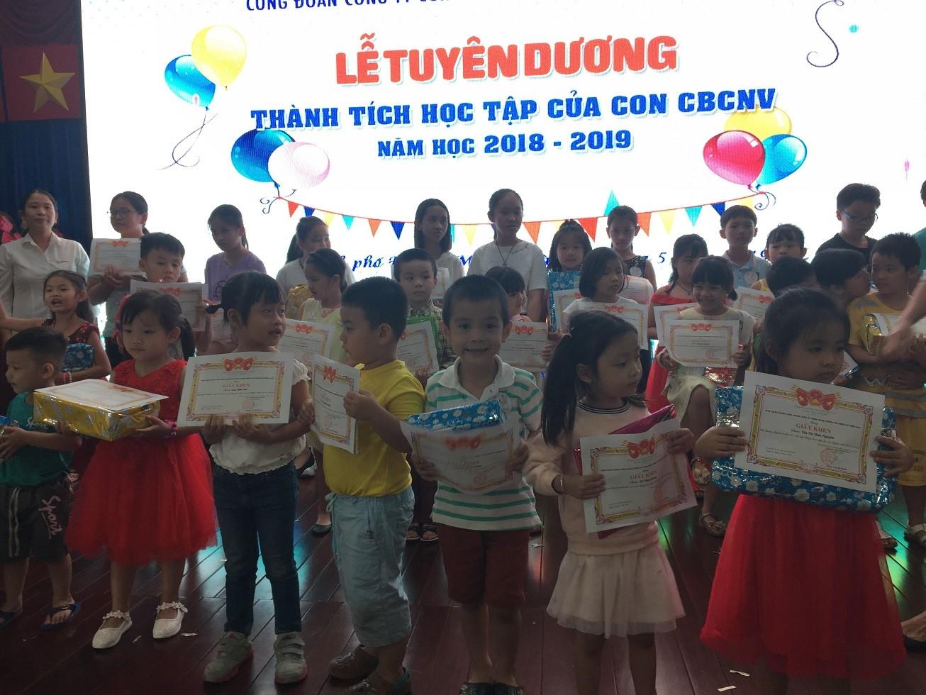 Khen thưởng cho thành tích học tập tốt, bé khỏe bé ngoan